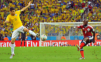 FORTALEZA - BRASIL -04-07-2014. Pablo Armero (#7) jugador de Colombia (COL) disputa un balón con Oscar (#11) jugador de Brasil (BRA) durante partido de los cuartos de final por la Copa Mundial de la FIFA Brasil 2014 jugado en el estadio Castelao de Fortaleza./ Pablo Armero (#7) player of Colombia (COL) fights the ball with Oscar (#11) player of Brazil (BRA) during the match of the Quarter Finals for the 2014 FIFA World Cup Brazil played at Castelao stadium in Fortaleza. Photo: VizzorImage / Alfredo Gutiérrez / Contribuidor