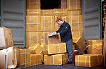 ROTTERDAM - Douane-beambtenaar controleert lading en papieren van container vol vracht in de Rotterdamse haven.COPYRIGHT TON BORSBOOM