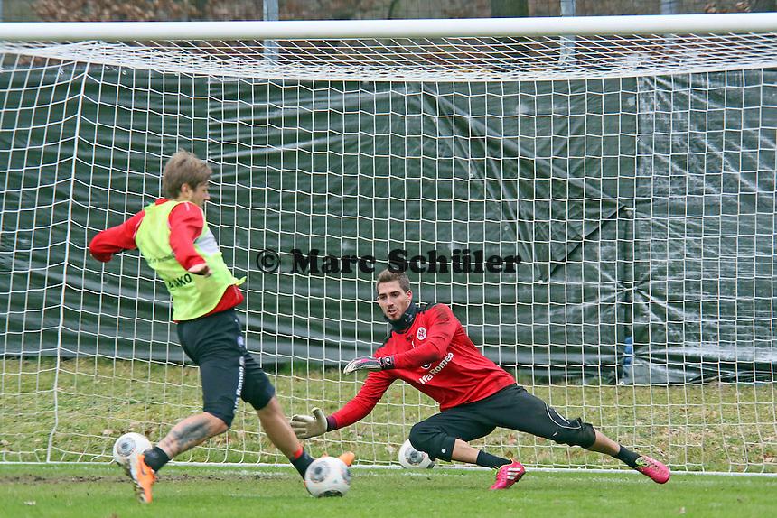 Marco Russ gegen Kevin Trapp (Eintracht)