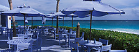 "Iles Bahamas /Ile d'Eleuthera/Harbour Island/Dunmore Town : Le restaurant de plage ""le Blue Bar "" de ""l'Hotel Pink Sand Hotel"" sur la célèbre plage de Pink Sand et ses sables roses // Bahamas Islands / Eleuthera Island / Harbor Island / Dunmore Town: The ""Blue Bar"" beach restaurant of ""Hotel Pink Sand Hotel"" on the famous Pink Sand Beach with pink sands"
