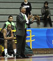 BOGOTA - COLOMBIA - 07-05-2013: José Tapias técnico de Piratas de Bogotá da instrucciones a los jugadores durante  partido mayo 7 de 2013. Piratas y Aguilas de Tunja disputaron partido de la fecha 12 de la fase II de la Liga Directv Profesional de baloncesto en partido jugado en el Coliseo El Salitre. (Foto: VizzorImage / Luis Ramirez / Staff). José Tapias coach of Piratas from Bogota gives instructions to the players during the match on May 7, 2013.  Piratas and Aguilas de Tunja disputed a match for the 12 date of the Fase II of the League of Professional Directv basketball game at the Coliseo El Salitre. (Photo: VizzorImage / Luis Ramirez / Staff)