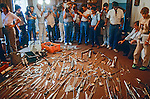 Armas apreendidas dentro das celas da Casa de Detenção. São Paulo. 1986. Foto de Juca Martins.