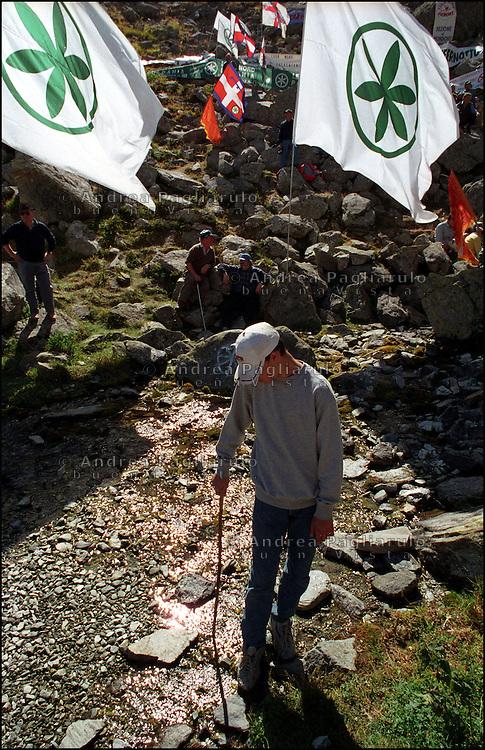 Italia, Pian del Re, Monviso, settembre 2001..Raduno leghista alla sorgente del fiume Po..© Andrea Pagliarulo