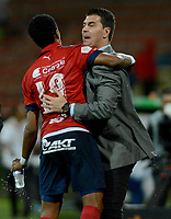 MEDELLÍN - COLOMBIA, 28-04-2018:  Yairo Moreno jugador del Medellín celebra con su técnico, Ismael Rescalvo, después de anotar un gol al Deportivo Pasto durante el partido entre Deportivo Independiente Medellín y Deportivo Pasto por la fecha 18 de la Liga Águila I 2018 jugado en el estadio Atanasio Girardot de la ciudad de Medellín. / Yairo Moreno player of Medellin celebrates with his coach, Ismael Rescalvo, after scoring a goal to Deportivo Pasto during match between Deportivo Independiente Medellin and Deportivo Pasto for the date 18 of the Aguila League I 2018 played at Atanasio Girardot stadium in Medellin city . Photo: VizzorImage/ León Monsalve / Cont
