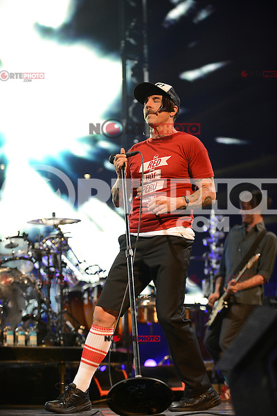 Anthony Kiedis de La Red Hot Chili Peppers lleva a cabo en el BankAtlantic Center el 2 de abril de 2012 en Sunrise, Florida.<br />