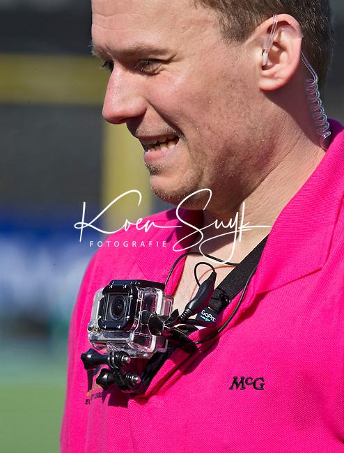 AMSTELVEEN - Scheidsrechter met camera op de borst tijdens de EHL wedstrijd hockey tussen de mannen van Bloemendaal en Beeston (Eng.). Foto Koen Suyk
