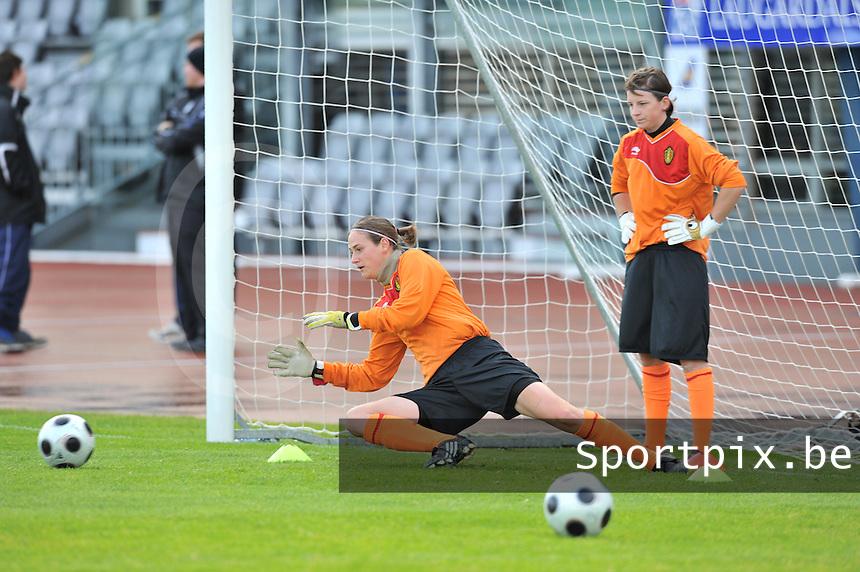 Iceland : UEFA Women's Euro Qualifying group stage (Group 3) - 21/09/2011 - 21:30CET (19:30 local time) - Laugardalsvöllur - Reykjavik : ICELAND (ijsland) - BELGIUM ( Belgie) : doelvrouwen Lynn Senaeve (rechts) en Sabrina Broos .foto DAVID CATRY / Vrouwenteam.be