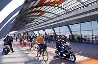 Nederland Amsterdam 2019 - Scooters en fietsen achter Centraal Station. Fiets / voetgangerspad. Foto Berlinda van Dam / Hollandse Hoogte