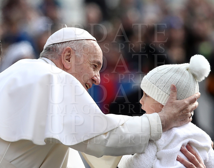 Papa Francesco accarezza un bambino al suo arrivo all'udienza generale del mercoledi' in Piazza San Pietro, Citta' del Vaticano, 20 marzo 2019.<br /> Pope Francis caresses a child as he arrives to lead his weekly general audience in St. Peter's Square at the Vatican, on March 20, 2019.<br /> UPDATE IMAGES PRESS/Isabella Bonotto<br /> <br /> STRICTLY ONLY FOR EDITORIAL USE