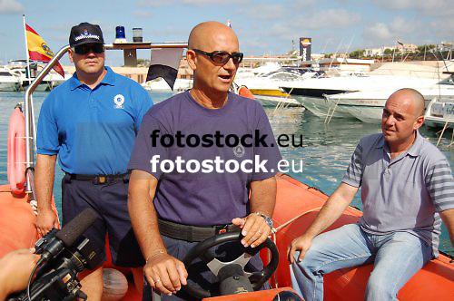 Policemen looking for yellyfishes at the coast of El Toro, Calvia<br /> <br /> Miembros de la Policia Local mirando por medusas en la costa de El Toro, Calvi&agrave;<br /> <br /> Mitglieder der Lokalpolizei halten vor der K&uuml;ste von El Toro, Calvia, Ausschau nach Quallen<br /> <br /> 3008 x 2000 px<br /> 150 dpi: 50,94 x 33,87 cm<br /> 300 dpi: 25,47 x 16,93 cm