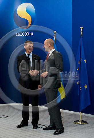 Brussels-Belgium - September 17, 2009 -- Informal European Council, EU-summit under Swedish Presidency; here, Fredrik REINFELDT (ri), Prime Minister of Sweden, welcomes Andrus ANSIP (le), Prime Minister of Estonia -- Photo: Horst Wagner / eup-images