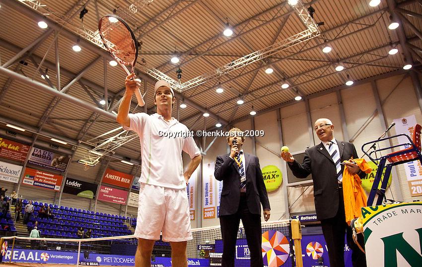 11-12-09, Rotterdam, Tennis, REAAL Tennis Masters 2009, Antal van der Duim slaat de ballen in het publiek