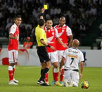 MANIZALES - COLOMBIA - Mayo 05 de 2013: Julian anchico del Independiente Santa Fe, recibe la tarjeta amarilla, durante el partido contra El Once Caldas, en la fecha 14 de la Liga Postobón, en el estadio Palogrande de la ciudad de Manizales, el 05 de mayo de 2013. (Foto: VizzorImage /Yonboni/ Str)   .MANIZALES - COLOMBIA - May 5, 2013: Julian anchico's Independiente Santa Fe, receives a yellow card during the match against Once Caldas on the date 14 of the League Postobón Palogrande stadium in the city of Manizales, the 05 May 2013. (Photo: VizzorImage / Yonboni / Str)..