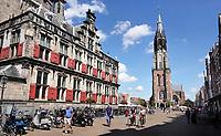 Nederland Delft - 2018. De Markt in Delft. Links het Stadhuis, rechts de Nieuwe Kerk.  Foto Berlinda van Dam / Hollandse Hoogte