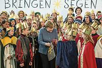 108 Sternsinger waren am Montag den 8. Januar zu Gast bei Bundeskanzlerin Angela Merkel.<br /> Im Bild: Die Sternsinger haben fuer die Bundeskanzlerin einen fair hergestellten Jutebeutel mitgebracht. <br /> 8.1.2018, Berlin<br /> Copyright: Christian-Ditsch.de<br /> [Inhaltsveraendernde Manipulation des Fotos nur nach ausdruecklicher Genehmigung des Fotografen. Vereinbarungen ueber Abtretung von Persoenlichkeitsrechten/Model Release der abgebildeten Person/Personen liegen nicht vor. NO MODEL RELEASE! Nur fuer Redaktionelle Zwecke. Don't publish without copyright Christian-Ditsch.de, Veroeffentlichung nur mit Fotografennennung, sowie gegen Honorar, MwSt. und Beleg. Konto: I N G - D i B a, IBAN DE58500105175400192269, BIC INGDDEFFXXX, Kontakt: post@christian-ditsch.de<br /> Bei der Bearbeitung der Dateiinformationen darf die Urheberkennzeichnung in den EXIF- und  IPTC-Daten nicht entfernt werden, diese sind in digitalen Medien nach §95c UrhG rechtlich geschuetzt. Der Urhebervermerk wird gemaess §13 UrhG verlangt.]