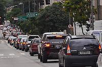 SAO PAULO, 22 DE FEVEREIRO DE 2013. - TRANSITO SP - Transito intenso na Avenida Nove de Julho, regiao sul da capital, no fim da tarde  desta sexta feira, 22. (FOTO: ALEXANDRE MOREIRA / BRAZIL PHOTO PRESS),
