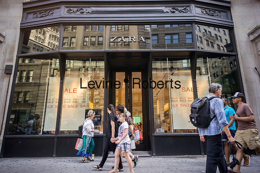 Shoppers pass a Zara clothing store on Fifth Avenue in New York on Saturday, June 20, 2015. (© Richard B. Levine)