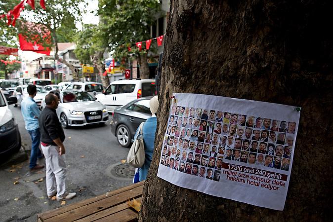 Plakat in Cengelk&ouml;y: &quot;240 M&auml;rtyrer, davon 173 Zivilisten: der Staat segnet euch f&uuml;r alle Zeit.&quot; <br /><br />&ldquo;240 martyrs of whom 173 civilians: the nation blesses you infinite times&rdquo;