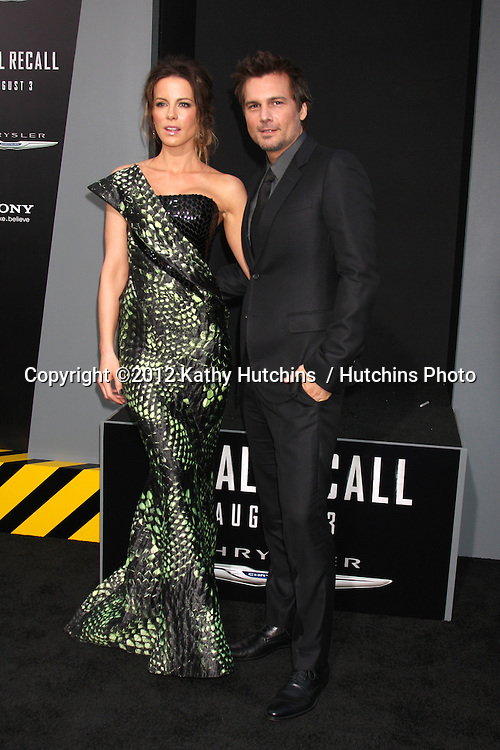"""LOS ANGELES - AUG 1:  Kate Beckinsale, Len Wiseman arrives at the """"Total Recall"""" Premiere at Graumans Chinese Theater on August 1, 2012 in Los Angeles, CA"""