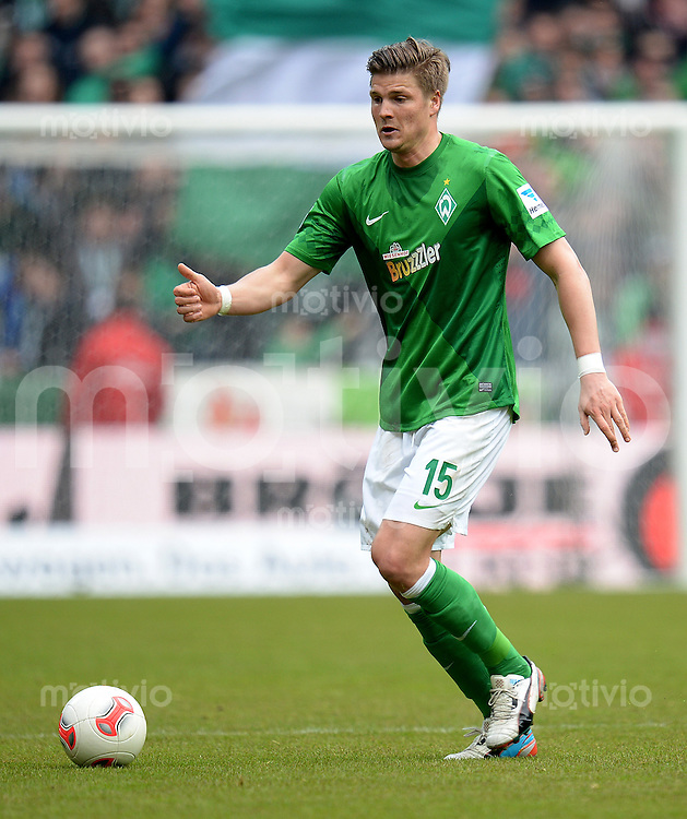 FUSSBALL   1. BUNDESLIGA   SAISON 2012/2013    28. SPIELTAG SV Werder Bremen - FC Schalke 04                          06.04.2013 Sebastian Proedl (SV Werder Bremen) Einzelaktion am Ball