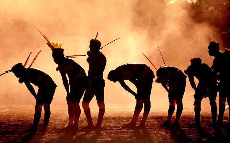 """XINGU/MT - 26/07/98 - GUERREIROS NA ALDEIA CAMAYURA, DO ALTO XINGU, REALIZAM A DANCA DO LUTADORES DURANTE A FESTA DO KUARUP, REALIZADA NA ALDEIA, EM HOMENAGEM AOS SERTANISTAS CLAUDIO E ORLANDO VILLAS-BOAS. A FESTA DO KUARUP E UMA CERIMONIA RELIGIOSA PARA LIBERTACAO DOS ESPIRITOS DOS MORTOS HOMENAGEADOS E A PASSAGEM DAS SUAS ALMAS PARA A """"ALDEIA DAS ESTRELAS"""", CONFORME CRENCA DOS POVOS INDIGENAS DO XINGU. (FOTO/ERALDO PERES/ PhotoagÍncia/Interfoto."""