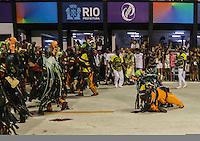RIO DE JANEIRO, RJ, 11 DE FEVEREIRO 2013 - CARNAVAL RJ -  SAO CLEMENTE  - Integrantes da escola de Samba Sao Clemente durante segundo dia de desfiles do Grupo Especial do Carnaval do Rio de Janeiro na Marques de Sapucaí na noite desta segunda-feira . (FOTO: WILLIAM VOLCOV / BRAZIL PHOTO PRESS).