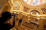 Macao - la ex colonia portoghese,dal 1997 ritornata alla Cina, è detta anche la las vegas d' oriente per i suoi numerosi Casino. ogni giorno migliaia di turisti attraversano lo stretto di mare che la divide dal continente per riversarsi nella sale da gioco. Oramai macao supera per fatturato Las Vegas. The venetian è uno dei casinò più grandi con all'interno una simil Venezia ricostruita. Si entra dopo essere passati sotto al Ponte di Rialto e si passeggia tra Piazza San Marco e il Bacino Orseolo. Qui una gondola a motore ma con finto gondoliere porta in giro i turisti. Mentre un falso cielo con le nuvole scorre sopra le nostre teste. NELLA FOTO L'INTERNO DEL VENETIAN CON I FALSI QUADRI DI PITTORI VENEZIANI