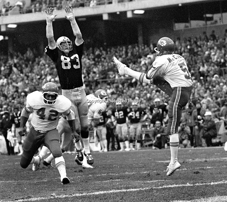 Oakland Raiders Ted Hendricks trys to block punt by Kansas City Chiefs Jim McCann..(1975 photo/Ron Riesterer)