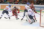 Duesseldorfs Jaedon Descheneau (Nr.14) und Duesseldorfs Philip Gogulla (Nr.87)  gut verteidigt vor Mannheims Goalie ChetPickard (Nr.34)  beim Spiel in der DEL, Duesseldorfer EG (rot) - Adler Mannheim (weiss).<br /> <br /> Foto © PIX-Sportfotos *** Foto ist honorarpflichtig! *** Auf Anfrage in hoeherer Qualitaet/Aufloesung. Belegexemplar erbeten. Veroeffentlichung ausschliesslich fuer journalistisch-publizistische Zwecke. For editorial use only.