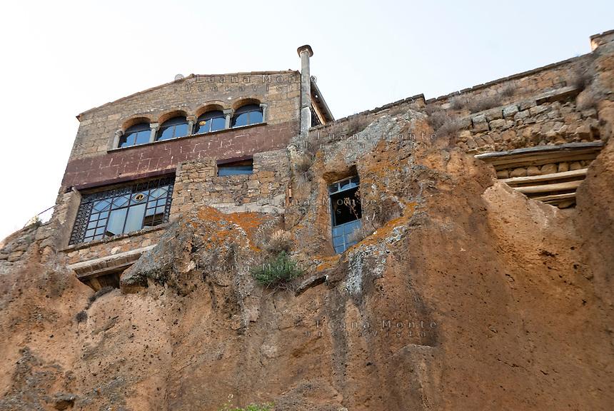 Civita di Bagnoregio. Contrada Carcere, ciò che oggi è ancora visibile dopo l'estesa frana che ne causò il crollo in seguito al terremoto del 1695, versante sud est del borgo.