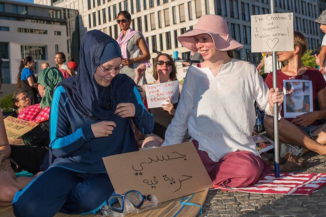 Protest gegen das Burkini-Verbot in Frankreich.<br /> Muslimische und nicht-muslimische Frauen protestierten am Donnerstag den 25. August 2016 in Berlin mit einer &quot;Beach-Party gegen Rassismus&quot; vor der Franzoesischen Botschaft gegen das Verbot der muslimischen Badebekleidung &quot;Burkini&quot;.<br /> In Frankreich war wenige Tage zuvor eine muslimische Frau am Strand von Polizeibeamten unter dem Applaus von umstehenden Badegaesten gezwungen worden ihre Strandbekleidung auszuziehen.<br /> Links im Bild: Larissa aus aus Berlin hat sich fuer diesen Protest einen Original Burkini angezogen. Auf dem Schild vor ihr steht in arabisch &quot;Mein Koerper ist meine Entscheidung&quot;.<br /> 25.8.2016, Berlin<br /> Copyright: Christian-Ditsch.de<br /> [Inhaltsveraendernde Manipulation des Fotos nur nach ausdruecklicher Genehmigung des Fotografen. Vereinbarungen ueber Abtretung von Persoenlichkeitsrechten/Model Release der abgebildeten Person/Personen liegen nicht vor. NO MODEL RELEASE! Nur fuer Redaktionelle Zwecke. Don't publish without copyright Christian-Ditsch.de, Veroeffentlichung nur mit Fotografennennung, sowie gegen Honorar, MwSt. und Beleg. Konto: I N G - D i B a, IBAN DE58500105175400192269, BIC INGDDEFFXXX, Kontakt: post@christian-ditsch.de<br /> Bei der Bearbeitung der Dateiinformationen darf die Urheberkennzeichnung in den EXIF- und  IPTC-Daten nicht entfernt werden, diese sind in digitalen Medien nach &sect;95c UrhG rechtlich geschuetzt. Der Urhebervermerk wird gemaess &sect;13 UrhG verlangt.]