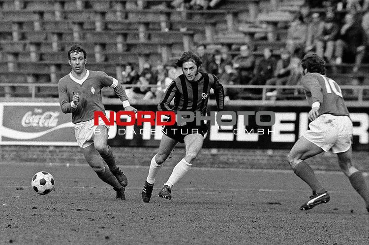 Aus DFB Pokal Hannover 96 gegen Werder Bremen 0-2 am 01.04.1972. Han96 Spieler Ist Willi Reimann gegen Werder Kpt. Horst- Dieter Hoettges.                                                                                                    Foto:  /  nph (  nordphoto  )
