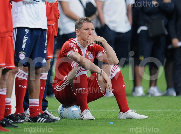 Fussball  International   Audi Cup 2009   30.07.2009 Manchester United - FC Bayern Muenchen  Bastian Scheinsteiger (FCB) sitzt auf einem Ball