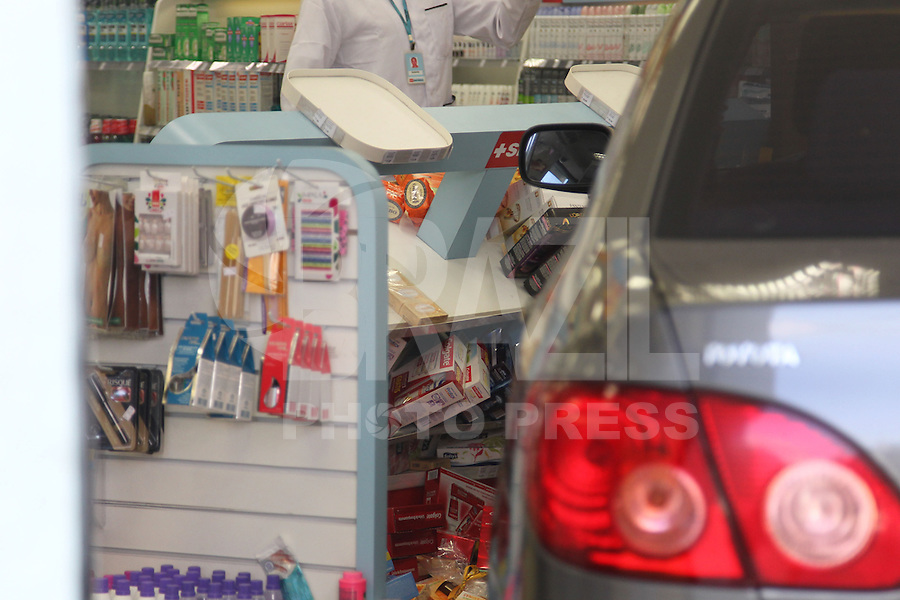SAO PAULO, SP, 12.05.2014 - ACIDENTE TRANSITO - AUTO X FARMACIA - Um veiculo perdeu a direcao e acabou dentro de uma farmacia na Av. Aclimacao, cruzamento com a Rua Safira no bairro da Aclimacao. Ninguem ficou ferido o acidente aconteceu na tarde dessa segunda-feira (12). (Foto: Luiz Guarnieri / Brazil Photo Press).