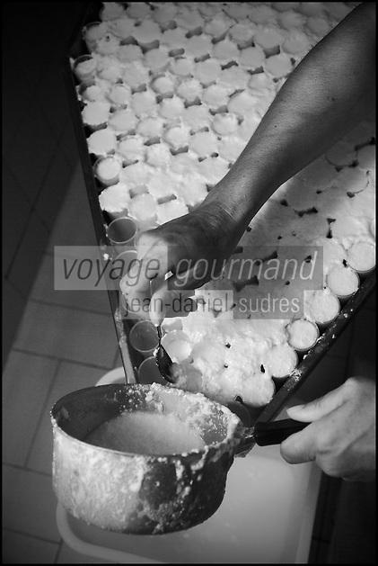 France, Bouches-du-Rhône (13),env de  Marseille, Le Rove:   Marie-Ange Gouiran, prépare le véritable Brousse de Chêvre du Rove , //  France, Bouches du Rhone, near Marseille: Le Rove ,   Marie-Ange Gouiran prepares the Real Rove Brousse, pure goat cheese  <br /> AUTO N 2013-150
