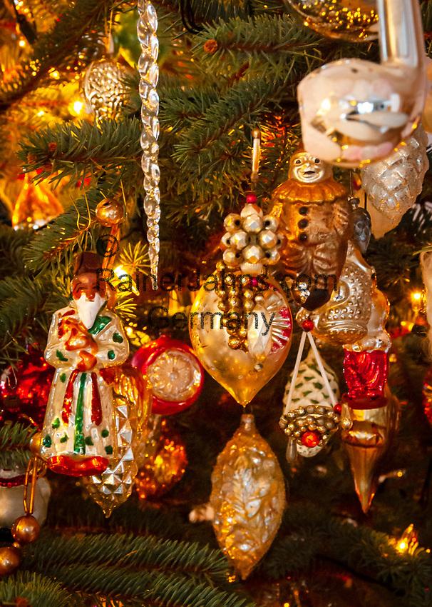 Deutschland, Bayern: antiker Weihnachtsbaumschmuck | Germany, Bavaria: antique Christmas tree decorations