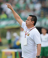 MEDELLÍN -COLOMBIA-23-08-2014. Juan Carlos Sanchez técnico de Envigado FC gesticula durante partido con Atlético Nacional  por la fecha 6 de la Liga Postobón II 2014 jugado en el estadio Atanasio Girardot de la ciudad de Medellín./ Juan Carlos Sanchez coach of Envigado FC gestures during match against Atletico Nacional for the 6th date of the Postobon League II 2014 at Atanasio Girardot stadium in Medellin city. Photo: VizzorImage/Luis Ríos/STR