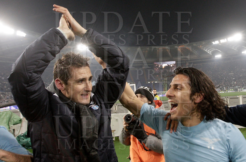 Calcio, semifinale di ritorno di Coppa Italia: Lazio vs Juventus. Roma, stadio Olimpico, 29 gennaio 2013..Lazio forwards Miroslav Klose, of Germany, and Sergio Floccari, right, celebrate at the end of the Italy Cup football semifinal return leg match between Lazio and Juventus at Rome's Olympic stadium, 29 January 2013. Lazio won 2-1 to reach the final match scheduled on May..UPDATE IMAGES PRESS/Riccardo De Luca