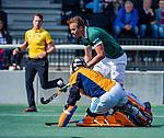AMSTELVEEN - Sjoerd Zeeman (Rdam) stuit op  Bart de Nie.  finale Laren JA1- HC Rotterdam JA1. Laren wint de titel Jongens A . finales A en B jeugd  Nederlands Kampioenschap.  COPYRIGHT KOEN SUYK