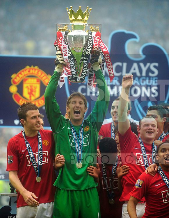 Edwin Van De Saar celebrates winning the Premier League by lifting the trophy during the Premier League match at The JJB Stadium, Wigan. Picture date 11th May 2008. Picture credit should read: Simon Bellis/Sportimage