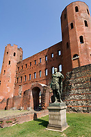 Italien, Piemont, Hauptstadt Turin: Porta Palatina - noerdliches, roemisches Stadttor mit Statue des Julius Caesar | Italy, Piedmont, capital Torino: Porta Palatina  (Palatine Gate) - northern, roman gate with statue of Julius Caesar