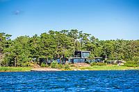 Lågt hus i funkisstil i Stockholms skärgård. / Stockholms archipelago Sweden.