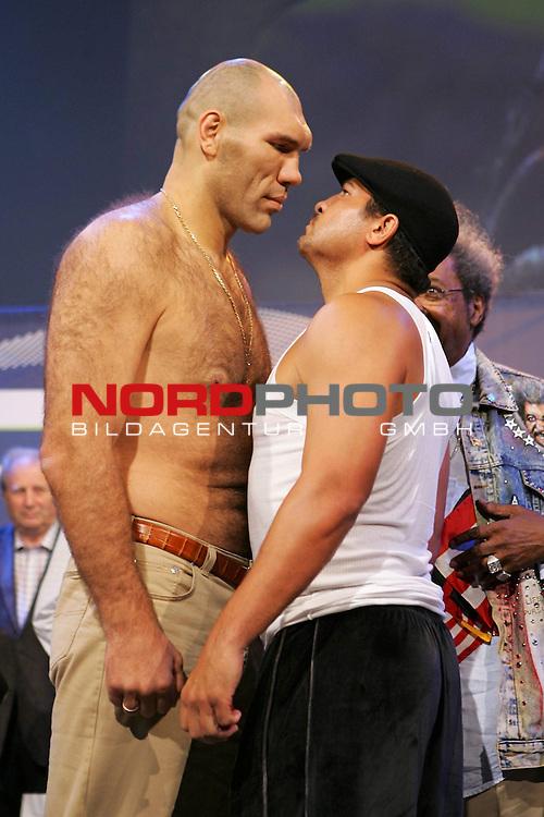 Boxgala - WBA-WM im Schwergewicht - Pressetraining<br /> Nikolai Valuev (RUS) vs John Ruiz (USA)<br /> <br /> Nikolai Valuev und John Ruiz werden vor dem Kampf am Samstag den 30.08.08 offiziell gewogen.<br /> <br /> Foto &copy; nph (  nordphoto  )<br /> <br /> *** Local Caption ***