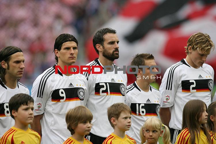 UEFA Euro 2008 Group B Match 11 Klagenfurt - Wörthersee-Stadion. Kroatien ( CRO ) - Deutschland ( GER ) 2:1 (1:0). Torsten Frings ( Germany / Mittelfeldspieler / Midfielder / Werder Bremen #08 ), Mario Gomez ( Germany / Angreifer / Forward / VFB Stuttgart #09 ), Christoph Metzelder ( Germany / Verteidiger / Defender / Real Madrid #21 ), Philipp Lahm ( Germany / Verteidiger / Defender / Bayern Muenchen #16 ) und Marcell Jansen ( Germany / Verteidiger / Defender / Bayern Muenchen #02 ) (l-r) bei der Nationalhymne. Foto © nph (  nordphoto  )