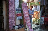 Libyan Arab Jamahiriya   .Tripoli       June 2002.The Medina  Souk Al-Turk .Shop cloths.Libia Tripoli  Giugno 2002.La Medina,   Souk Al-Turk .Negozio di stoffe.