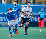 UTRECHT - Derck de Vilder (Kampong) met Valentin Verga (Adam)  tijdens de hoofdklasse hockeywedstrijd mannen, Kampong-Amsterdam (4-3). COPYRIGHT KOEN SUYK