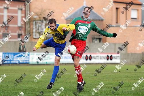 2011-01-30 / Seizoen 2010-2011 / Voetbal / Verbroedering Arendonk - KVC Houtvenne / Duel tussen Gianni Convalle van Arendonk en Davy Voorspoels van Houtvenne..Foto: mpics