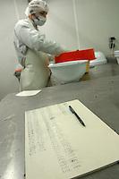 FRANCIA- Bordeaux - Allevamenti di storioni e produzione di caviale francese in Aquitania- Ditta Sturgeon, 1° produttore francese di caviale - allevamenti a l'Ecloserie de Guyenne (Saint Seurin sur l'Isle en Gironde), laboratorio di trasformazione a Saint Genis de Santonge, la valutazione della qualità
