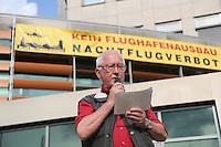 Redner Rudi Hechler (DKP). Zahlreiche Besucher bei der Mahnwache der Bürgerinitiative gegen den Flughafenausbau vor dem Rathaus Walldorf. Damit wollten sie ein Zeichen setzen vor der geplanten Debatte um das Abhängen der Anti-Flughafenausbau-Banner in der Doppelstadt, ein Effekt des durch die Kommunalwahl bedingten Kurswechsels im Rathaus