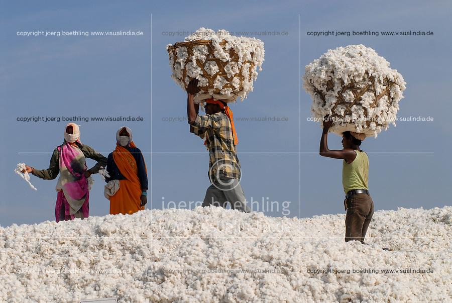 INDIA Madhya Pradesh , organic cotton project in Kasrawad , storage for harvested cotton at ginning factory / INDIEN Madhya Pradesh , Lagerplatz und Entkernungsfabrik  , Projekt fuer biologischen Anbau von Biobaumwolle in Kasrawad